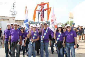 צועדים מחברת החשמל בצעדת לטרון
