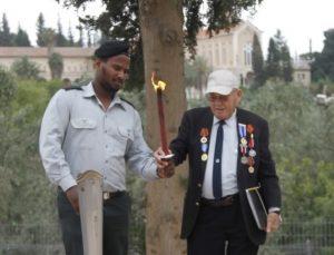 הפרטיזן זאב פורטנוי והקצין סגן רחמים מנגיסטו מדליקים את אבוקת הזיכרון
