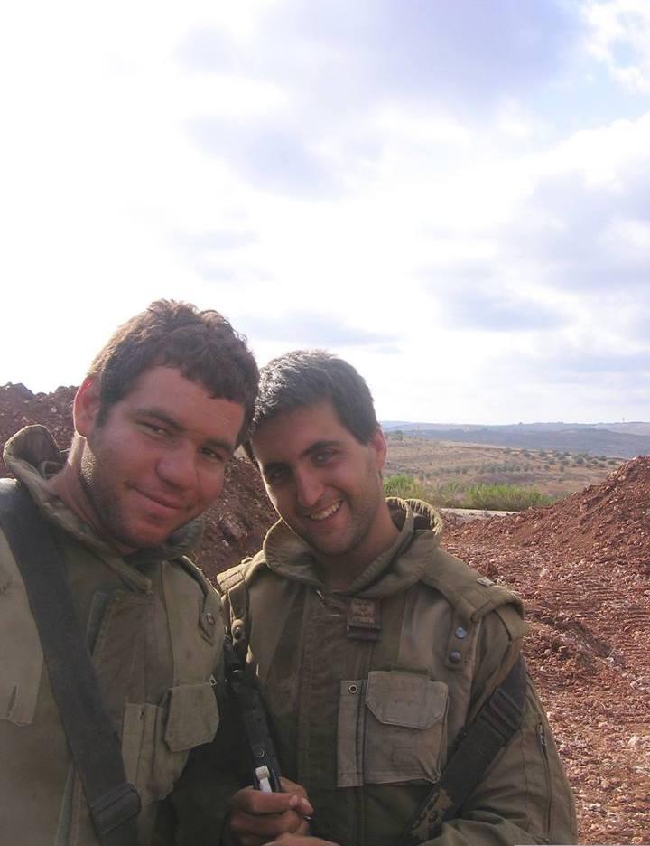 """: מימין, גידי כפיר-אל מ""""פ """"ומפיר"""" ומשמאל, יניב טמרסון ז""""ל בתמונה האחרונה שלו. צולם במגנן בלבנון. צילם: רון ויינריך"""