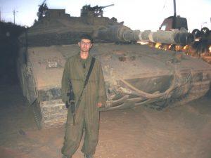 הכותב והטנק שלו במוצב ל במהלך המלחמה. צילם: איליה אוקס