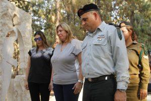 """קצין השריון הראשי תא""""ל גיא חסון, יחד עם הגב' שרה אלדר והגב' סיון אלדר-שנקמן, אלמנתו ובתו של רב-טוראי אלדר איתן"""