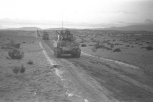 טור טנקים ישראלי בדרכו מאבו עגילה לתעלת סואץ במלחמת סיני