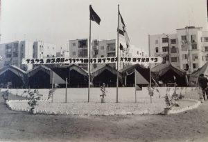 """שלט בחזית האוהלים שבחניון - """"כי האדם הוא הפלדה, והשריון - מתכת בלבד"""". סדר מופתי ברחבי החניון."""