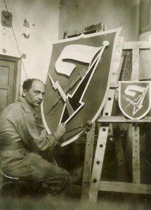 הצייר רוט מצייר את סמל חטיבה 7 במחנה 80 , פברואר 1949