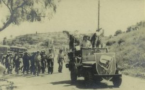 """חטיבה 7 בחגיגות ל""""ג בעומר במירון, 1949. התג נישא ע""""י ג'יפ"""