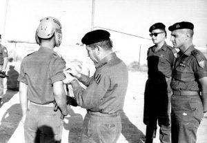 """כשתג החטיבה נשא את צבעי השריון, מימין לשמאל, אל""""ם שלמה להט צ'יץ', מח""""ט 7, סא""""ל יעקב ג'קי אבן מג""""ד 79 (לימים שניהם בדרגת אלוף), ואלוף ישראל טל מפקד גייסות השריון. צילום- ארכיון ג'קי אבן."""