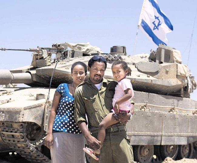 דניאלברייהוומשפחתו בשטח הכינוס עם חבריו ליחידה