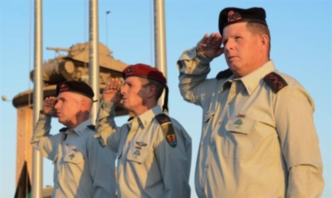 """טקס חילופי המפקדים ביד לשריון. מימין: אל""""ם יאירוולנסקי, תא""""ל נדב פדן, אל""""ם סער צור. צילום: דובר צה""""ל"""