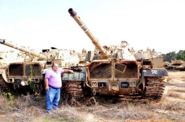 """עודד מזרחי (אחיו של דני מזרחי הי""""ד מפקד הטנק), מצביע על המספר צ-817832 הרשום על הטנק שנמצא. צילום: אהוד גרוס"""
