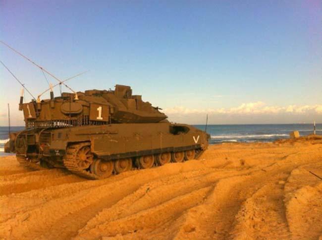 רוכבים לאורך החוף. טנק החטיבה
