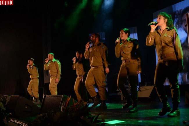 להקת חטיבה 7 שהורכבה לקראת העצרת, במחרוזת שירי שריון