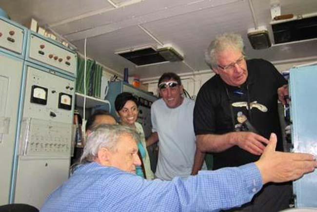 """פרופ' יוסי לשם (עומד מימין)וליאונידדינביץ' המדען הרוסי מציג לאורחיו את פעילות המכ""""ם עבור חיל האוויר"""
