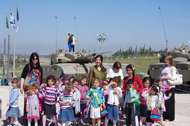 """בכול שנה מבקרות ביום הזיכרון גם הילדות של גן רחל מכפר חב""""ד"""