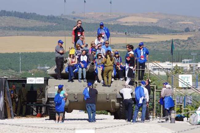 מבקרים ביד לשריון על טנק מרכבה