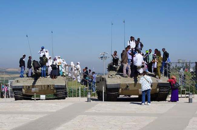 מבקרים ביד לשריון בוחנים את טנקי המרכבה