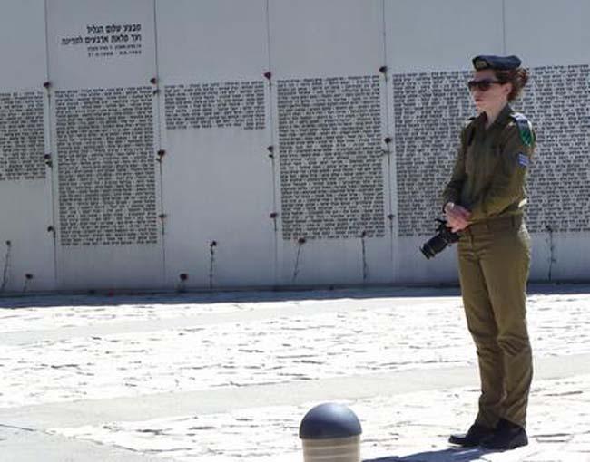 עמדה נערה מול הכותל - צלמת יחידת ההסברה ביד לשריון סמלת גבי יפה