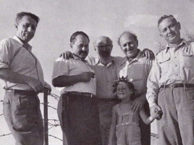 """יצחק שדה (במרכז) ונתן אלתרמן (משמאל). """"לא, לא אוכל לשלחו לקרב"""". צילום: אוסףקיפ,אוניברס"""
