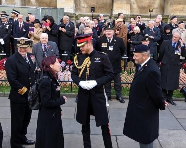 """יעל, בתו של האלוף שלמה שמיר ז""""ל, בשיחה עם הנסיך הארי במהלך הטקס"""