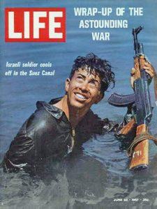 """יוסי בן חנן, טנקיסט - במימי תעלת סואץ. לימים היה קצין השריון הראשי ואלוף בצה""""ל"""