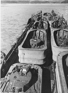 טנקים עם יכולת אמפיבית מסוג DD, עמוסים על גבי נחתת. הטנקים מצויידים בחצאית הצפה.