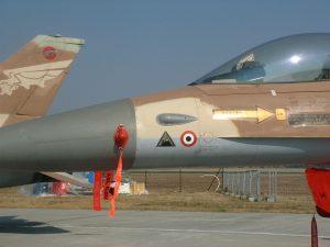 מטוס מסוג נץ (F16Aׂ) נושא את הסמל המשולש המציין את השתתפותו בהשמדת הכור העיראקי