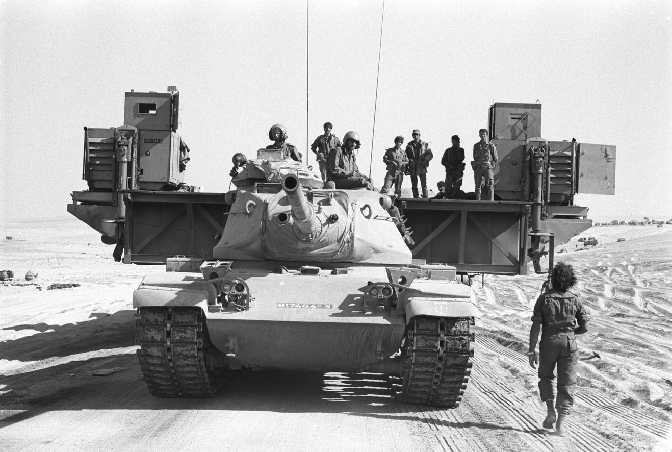 """מגח 6א גורר דוברת יוניפלוט במהלך מלחמת יום הכיפורים. צילום: """"בתמונה""""."""