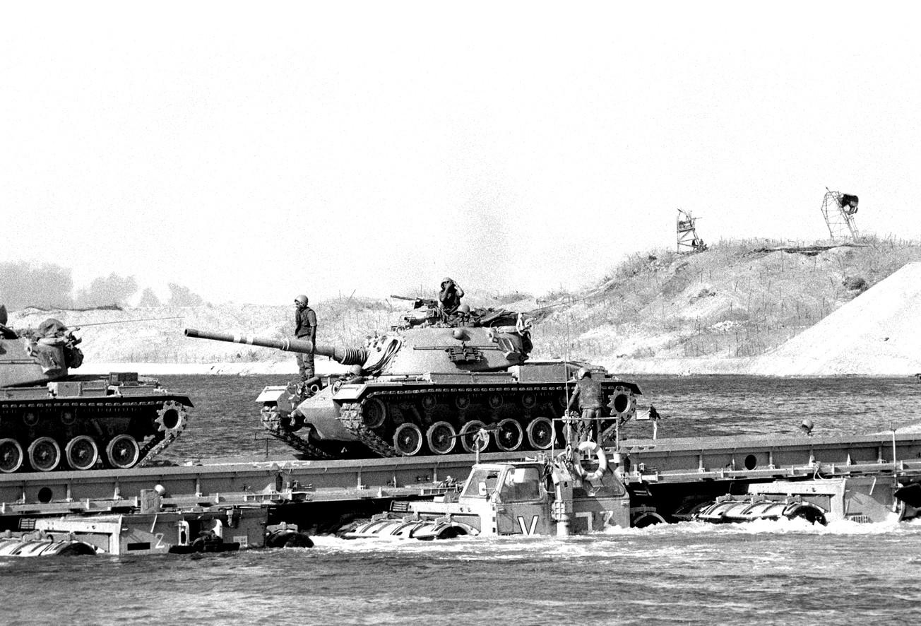 """טנקים מסוג מגח 3 105 מ""""מ צולחים את תעלת סואץ במהלך מלחמת יום הכיפורים. צילום: """"בתמונה"""""""