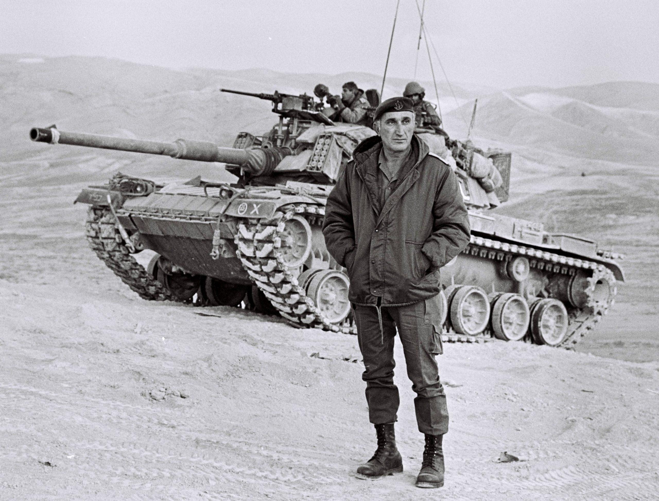 """טנק מגח 6ר של חטיבה 500 במהלך אימון בבקעת הירדן. בחזית, הרמטכ""""ל רב אלוף משה לוי ז""""ל. צילום: חטיבה 500"""