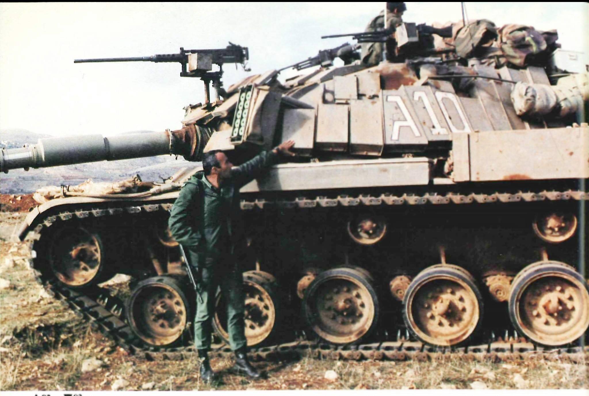 """טנק מגח 6ג בזמן השהייה בלבנון מיד לאחר מלחמת לבנון ה-2. ליד הטנק תא""""ל יעקב לפידות, לימים אלוף."""