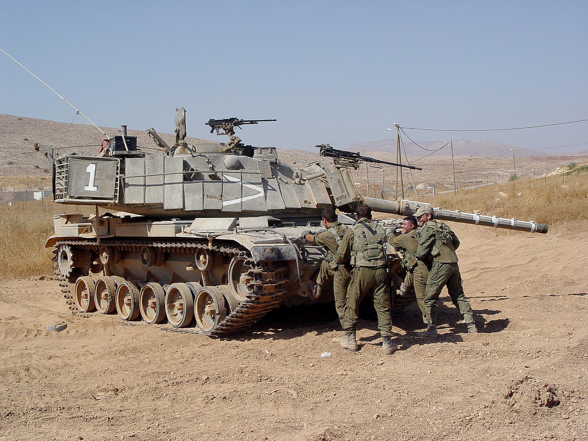 """צוות מ""""מ 1 סג""""ם צחי שוחט בפלוגת """"להב"""" של גדוד """"עשת"""" באימון עליה לטנק מגח 6ב' גל. צילום : גלעד מס"""