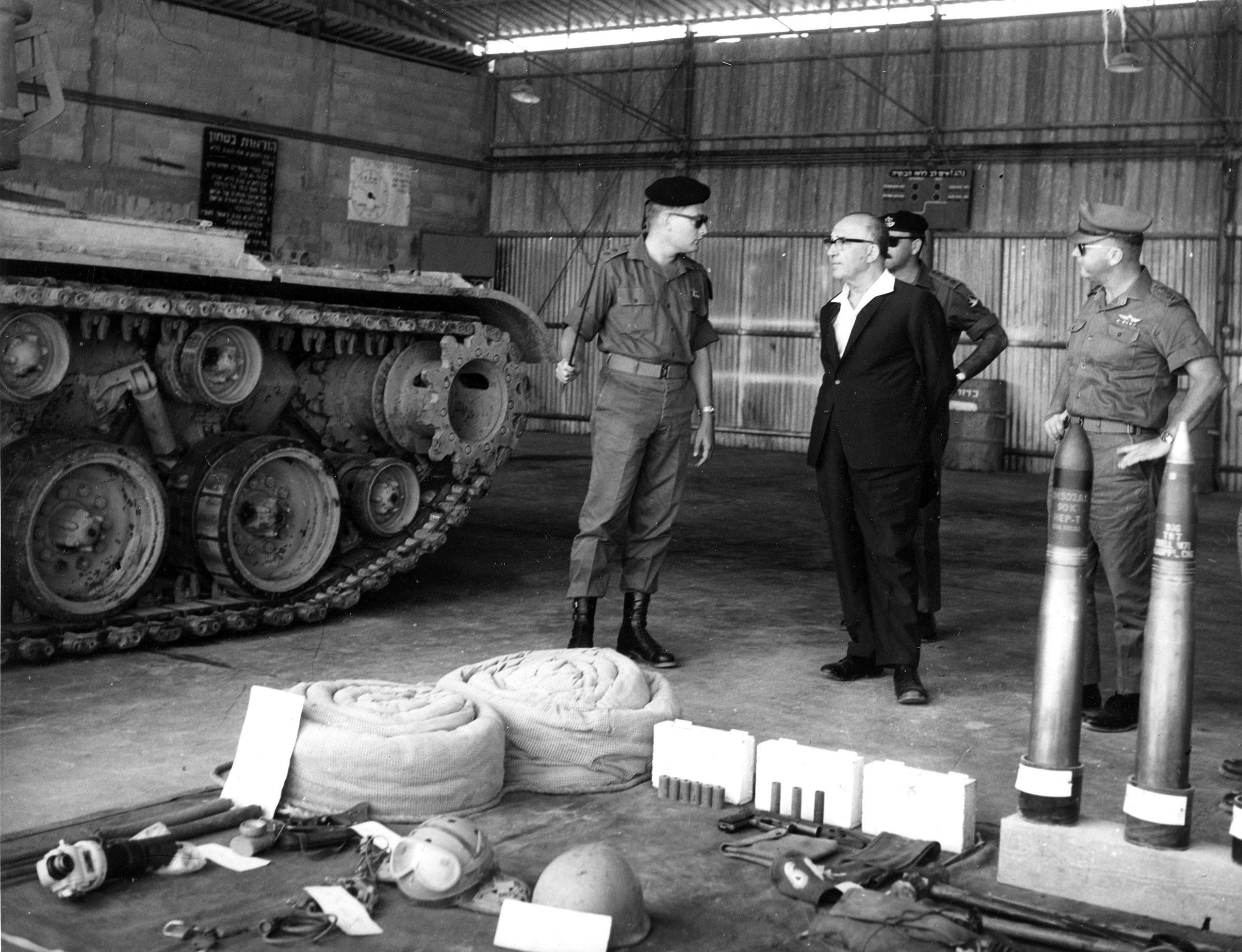 """מפקד גדוד 79 של חטיבה 7 סא""""ל ג'קי אבן (לימים אלוף) מציג את הטנק M48A1 לראש הממשלה לוי אשכול ולרמטכ""""ל רא""""ל יצחק רבין(צילום אוסף האלוף ג'קי אבן)"""