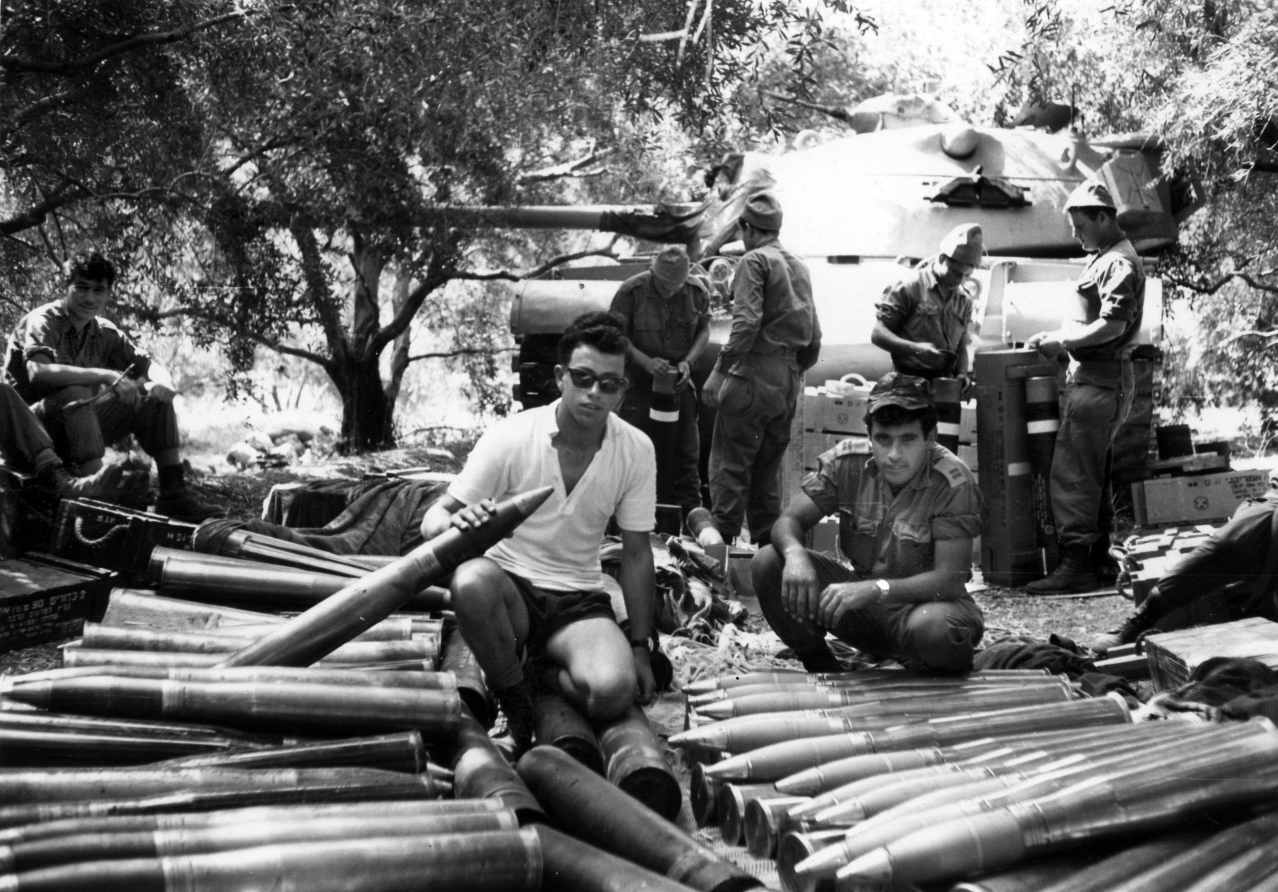 לוחמים ומפקדים בגדוד 79 בהתארגנות ליד טנק פטון M48A1. מי מזהה? (צילום אוסף האלוף ג'קי אבן)