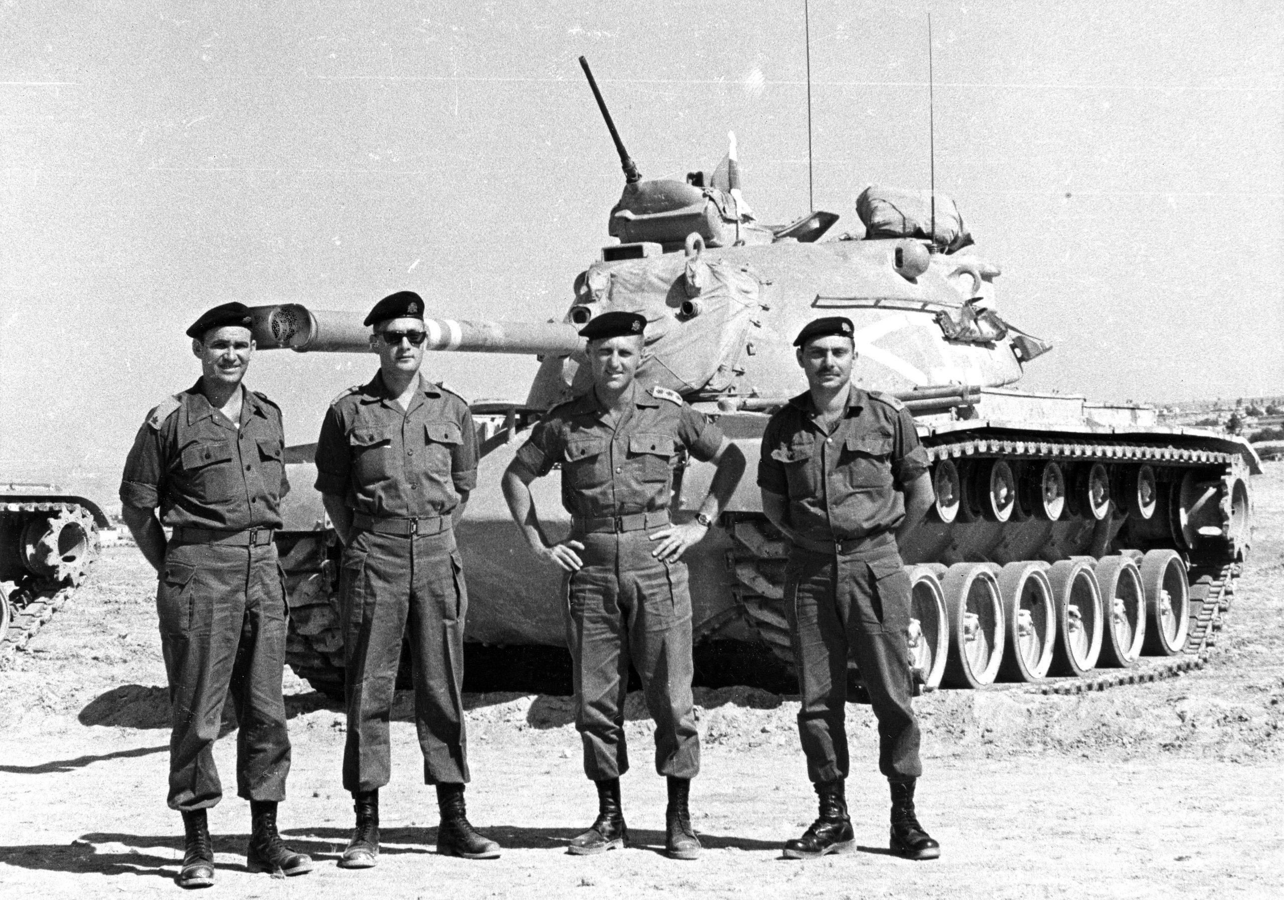 """טנק מגח 1 M48A1 ומפקדים. מימין סמג""""ד 79 רס""""ן חיים ארז, מח""""ט 7 שלמה """"צ'יץ'"""" להט ומג""""ד 79 סא""""ל יעקב ג'קי אבן. שלושתם לימים אלופים בצה""""ל. הקצין משמאל לא זוהה. (צילום אוסף האלוף ג'קי אבן)"""