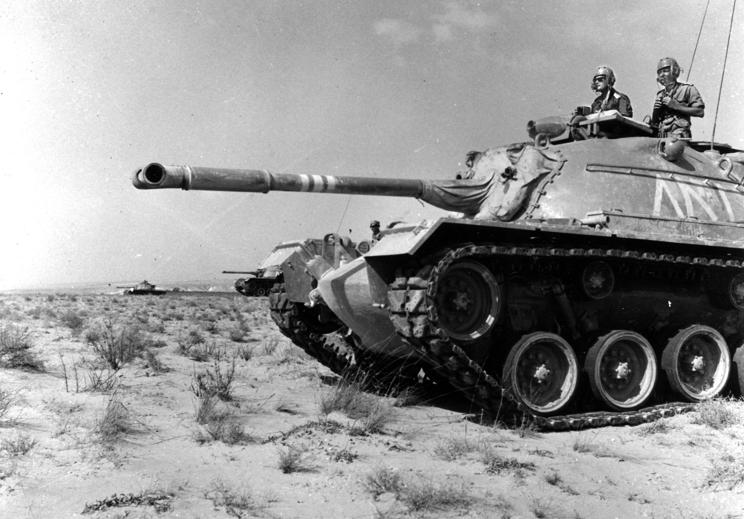 """טנק פטון 2 מסוג M48A2c בשירות בגדוד 79. בעמדת המפקד, מפקד הגדוד סא""""ל יעקב ג'קי אבן, לימים אלוף. (צילום אוסף האלוף ג'קי אבן)"""