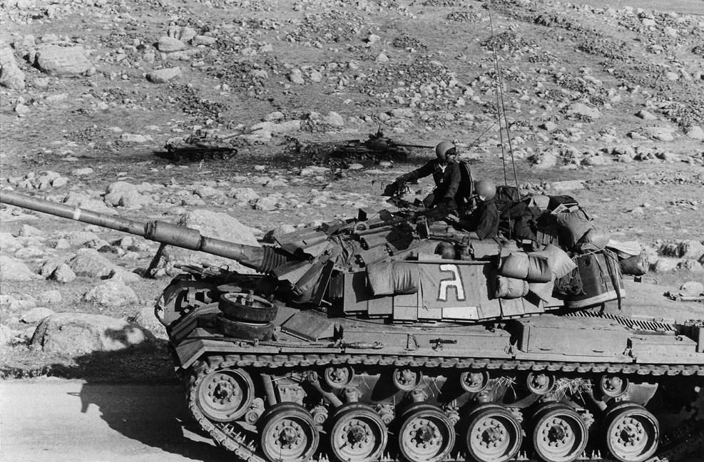 טנק מגח 5 חולף על פני שני טנקים סוריים מושמדים מדגם T62 במהלך מלחמת שלום הגליל (לבנון הראשונה) בגזרה המזרחית. צילום: ארכיון יד לשריון.