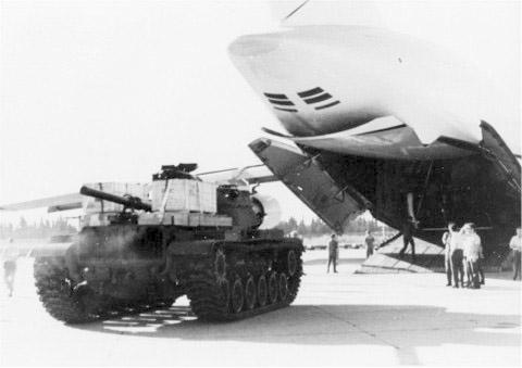 טנק פטון מדגם M60 לאחר פריקתו ממטוס תובלה אמריקאי במסגרת הרכבת האווירית במהלך מלחמת יום הכיפורים.