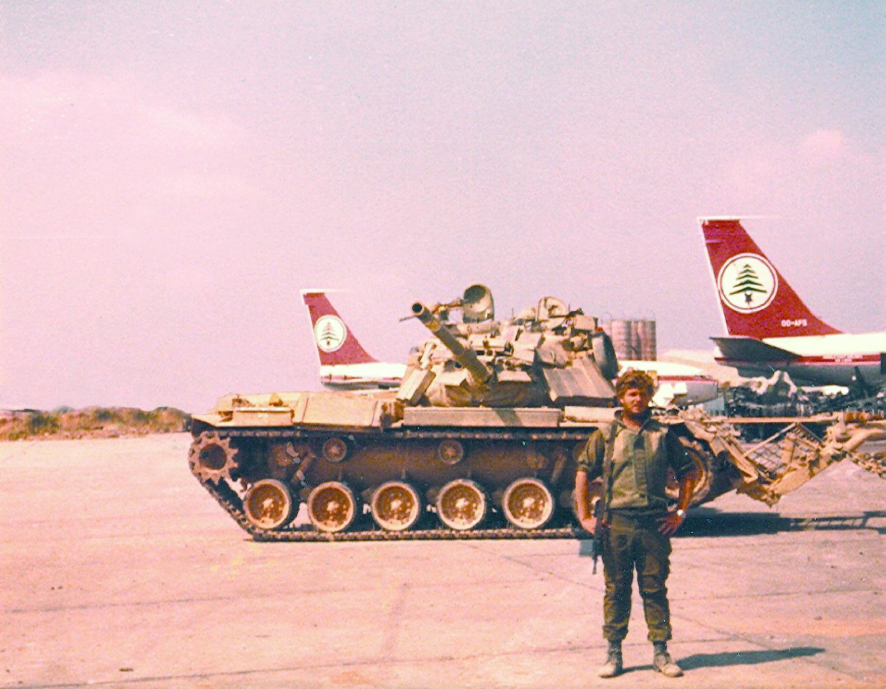 טנק מגח 6ב בשדה התעופה של בירות במהלך מלחמת לבנון הראשונה. בצילום, וקרדיט: ברוך לוית
