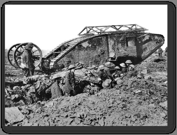 """טנק """"אמא"""" סימן 1 המצוייד בתותח במבנה המשוריין שבדופן השמאלית (זכר) בזמן לוחמת התעלות במלחמת העולם הראשונה."""