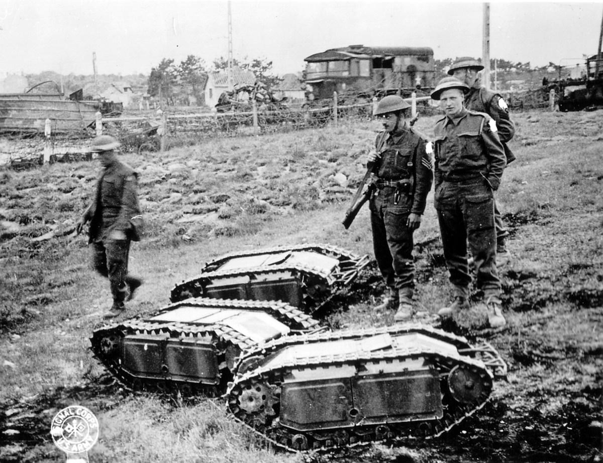 """חיילים בריטיים בוחנים שלישיה של כלי """"גוליית"""""""