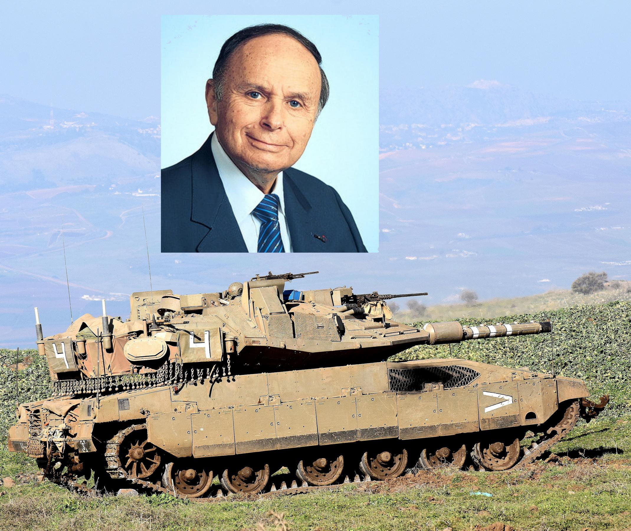 דר פליקסן זנדמן על רקע טנק המרכבה