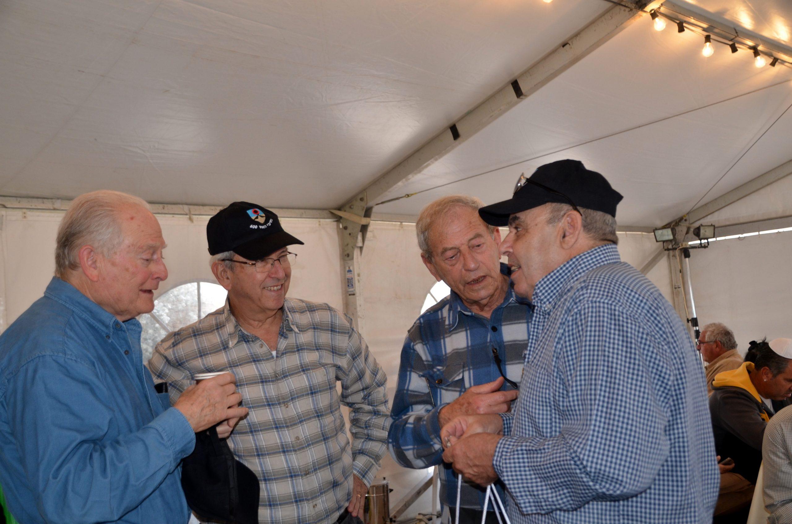 בביקור ניחומים על פטירתו של אריק שרון שהיה מפקד אוגדה 143 במלחמת יום הכיפורים. משמאל: האלוף (במיל') ג'קי אבן סגנו של אריק, אהוד גרוס, אמציה (פצ'י) חן ודני קריאף
