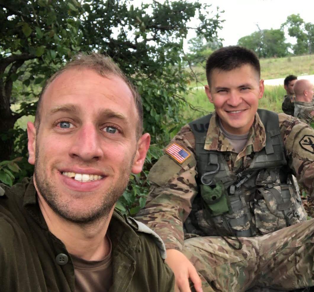 """עם החבר האמריקאי בסיום מבחן מסכם של קורס מ""""פים בצבא ארה""""ב"""