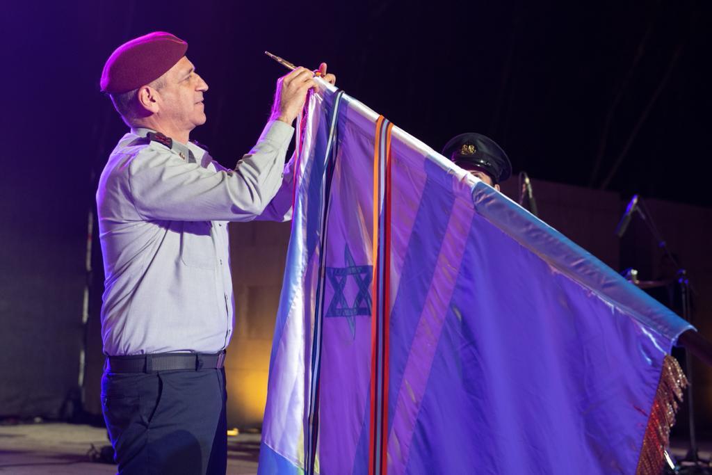 """הרמטכ""""ל אביב כוכבי עונד את אות המערכה על דגל צבא הגנה לישראל בטקס הענקת האות, יוני 2021"""